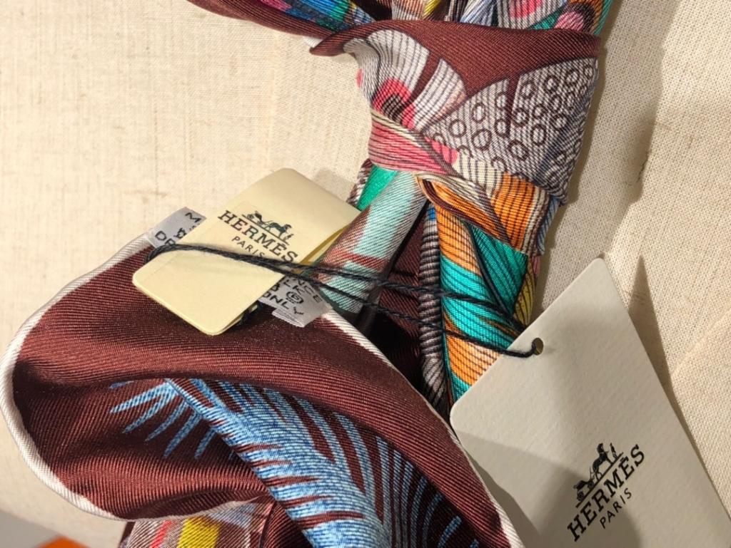 2020春夏新款 《羽饰庆典》 咖色 手工卷边斜纹真丝方巾(100%桑蚕丝) 90*90cm