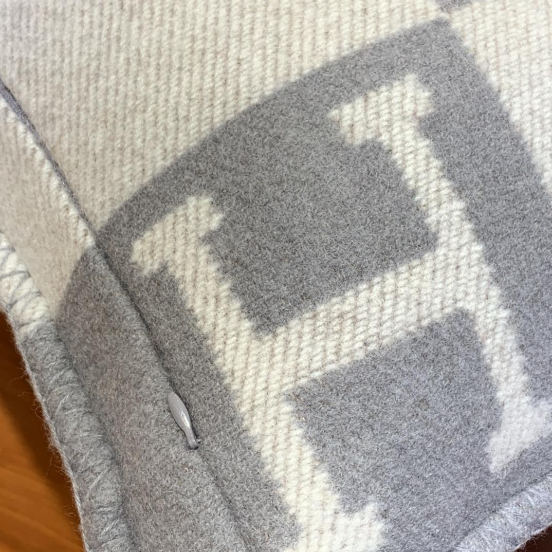 爱马仕官网 高订版靠枕灰色 50*50cm 90%羊毛10%羊绒