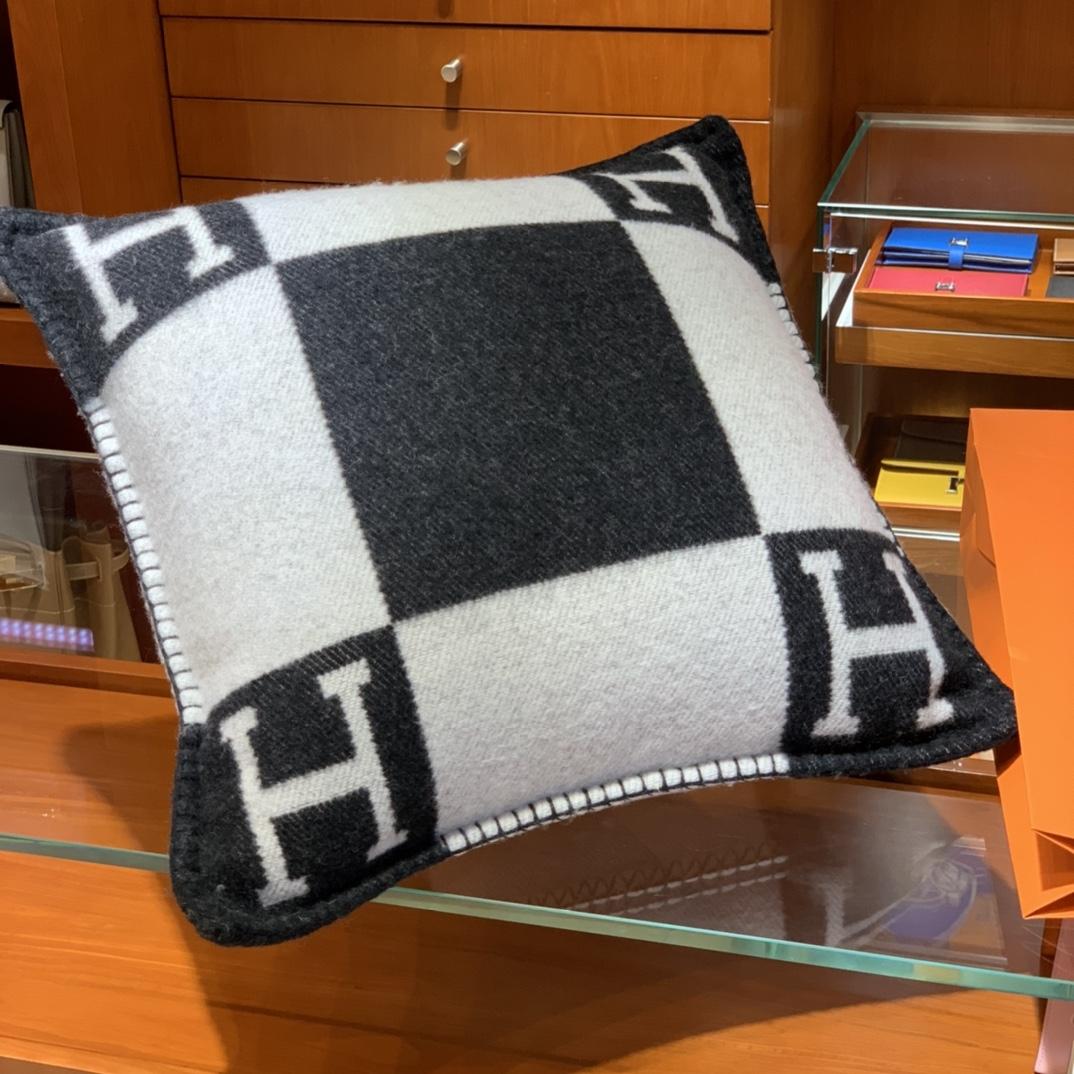 爱马仕官网 高订版靠枕黑色 50*50cm90%羊毛10%羊绒