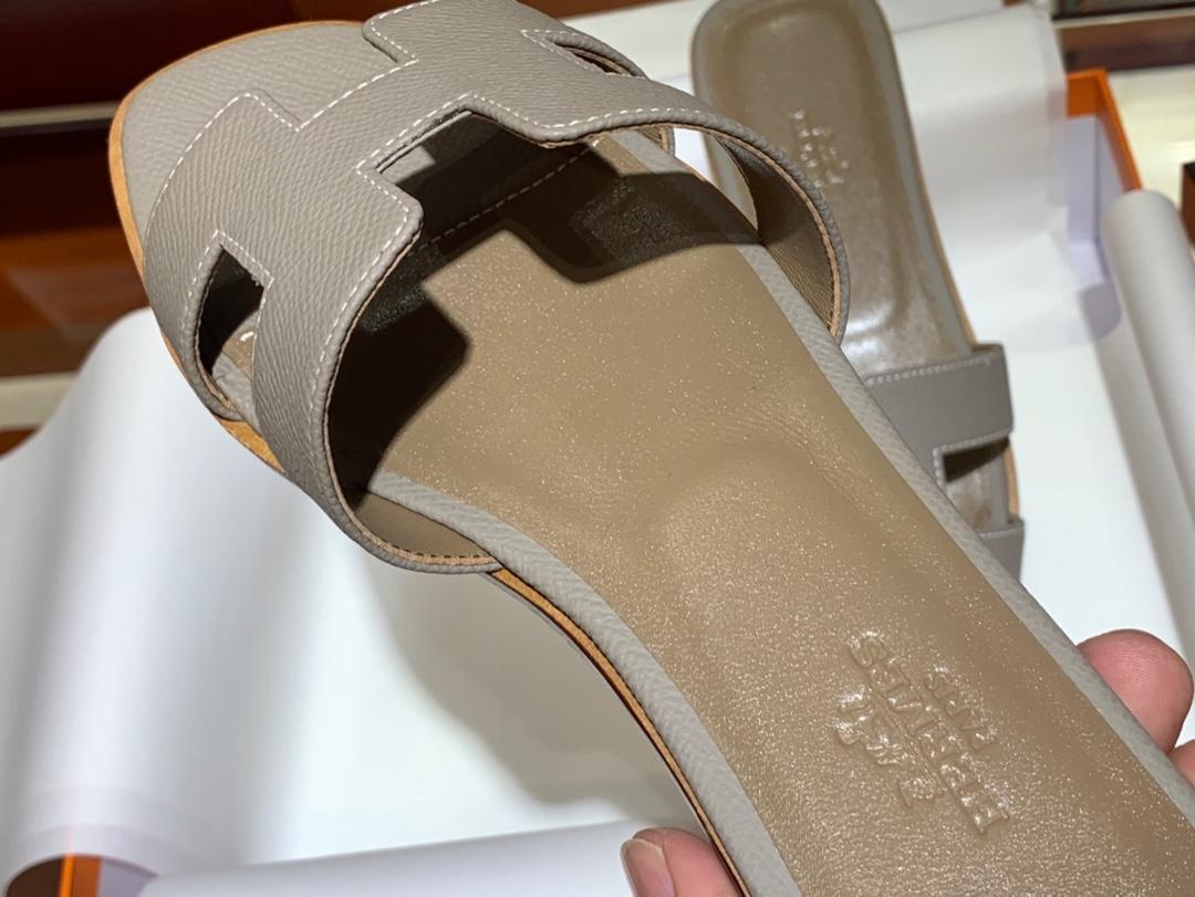 爱马.仕  经典款拖鞋 高端订制  独家品质   材质:掌纹皮 颜色:大象灰 尺寸:平跟35~41 中跟35~41(跟高4cm) 偏小一码  码数不调换