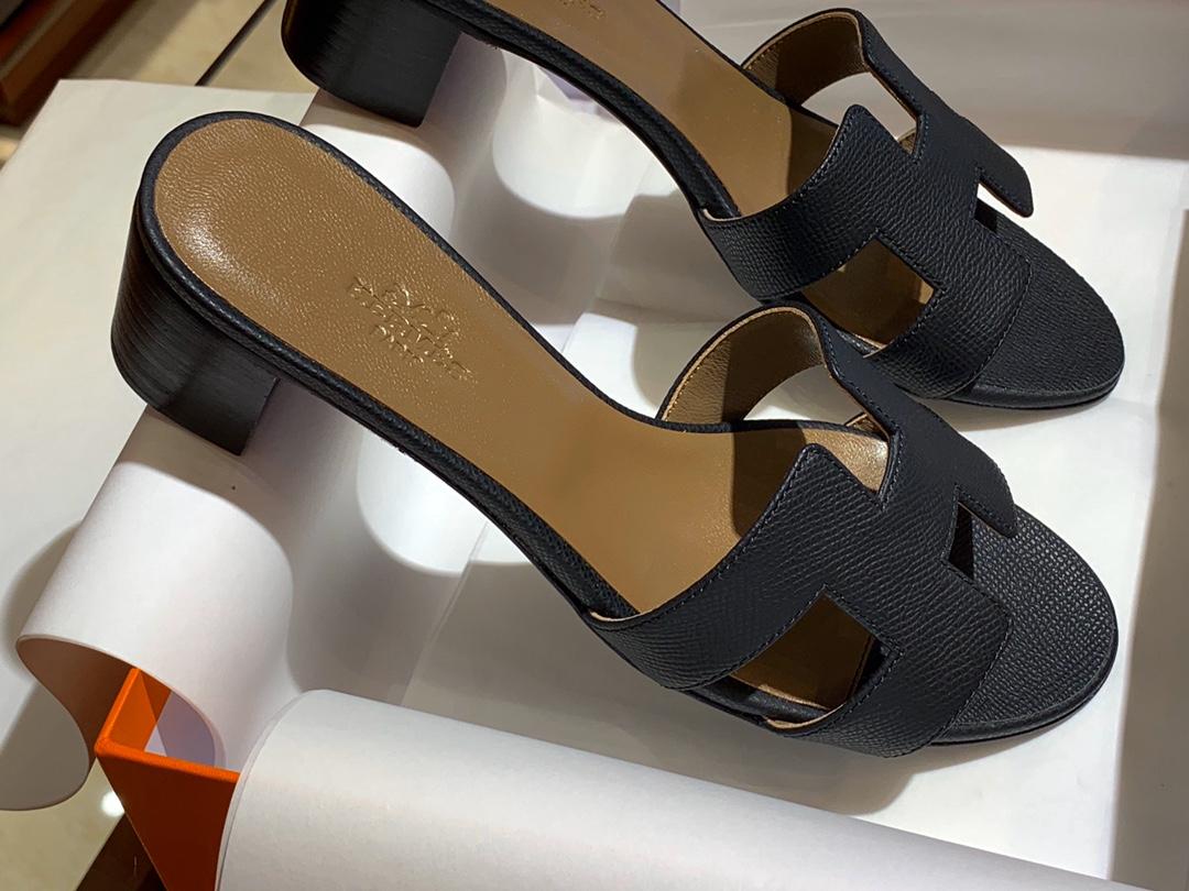 爱马.仕  经典款拖鞋 高端订制  独家品质   材质:掌纹皮 颜色:黑色 尺寸:平跟35~41 中跟35~41(跟高4cm) 偏小一码  码数不调换