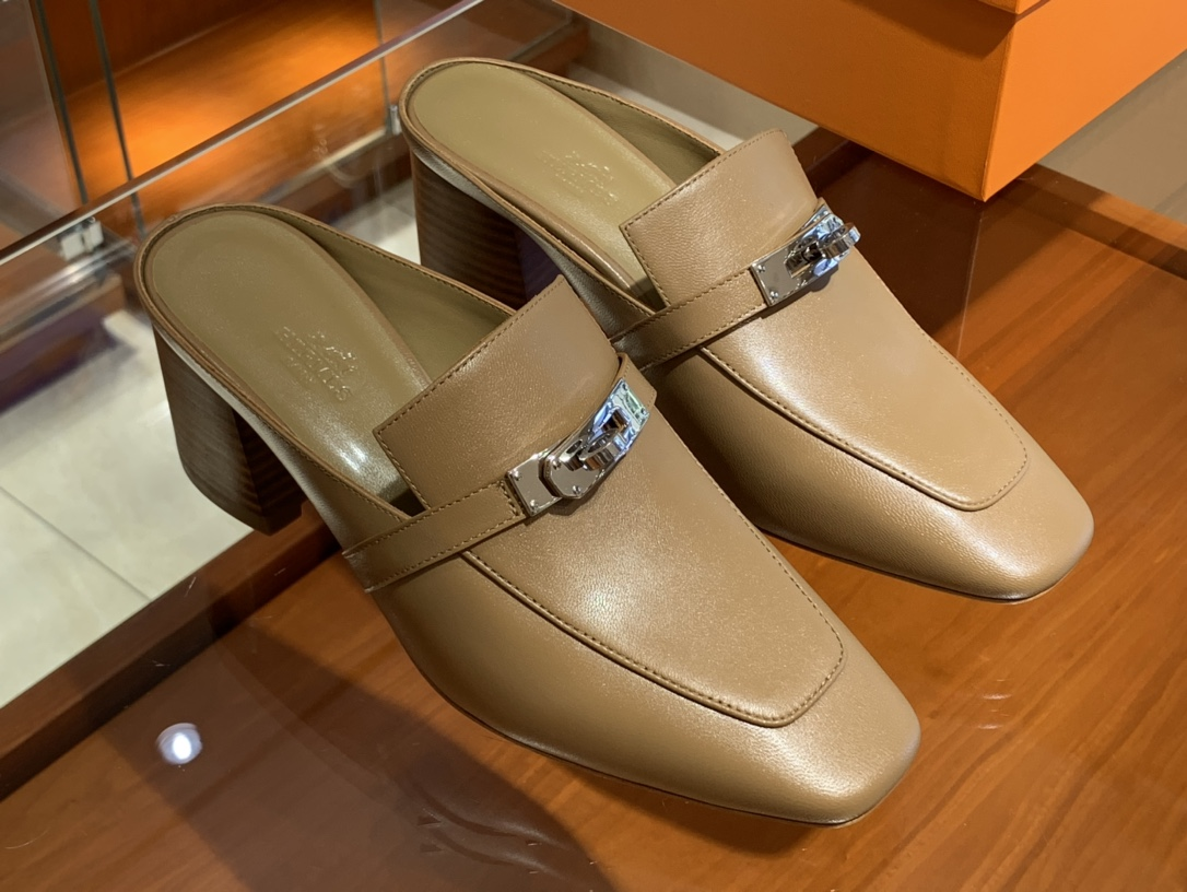 Hermes爱马仕 秋冬新款专柜同步上新  山羊皮  棕色 Blossom 穆勒鞋  搭配经典kelly鞋扣 打造悠闲典雅风范 山羊皮  跟高6cm  35~41码 (正码)码数不调换