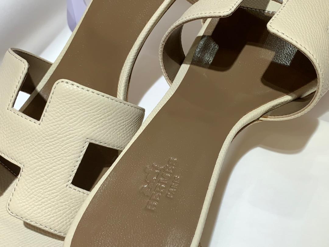 爱马.仕  经典款拖鞋 高端订制  独家品质   材质:掌纹皮 颜色:奶昔白 尺寸:平跟35~41 中跟35~41(跟高4cm) 偏小一码  码数不调换