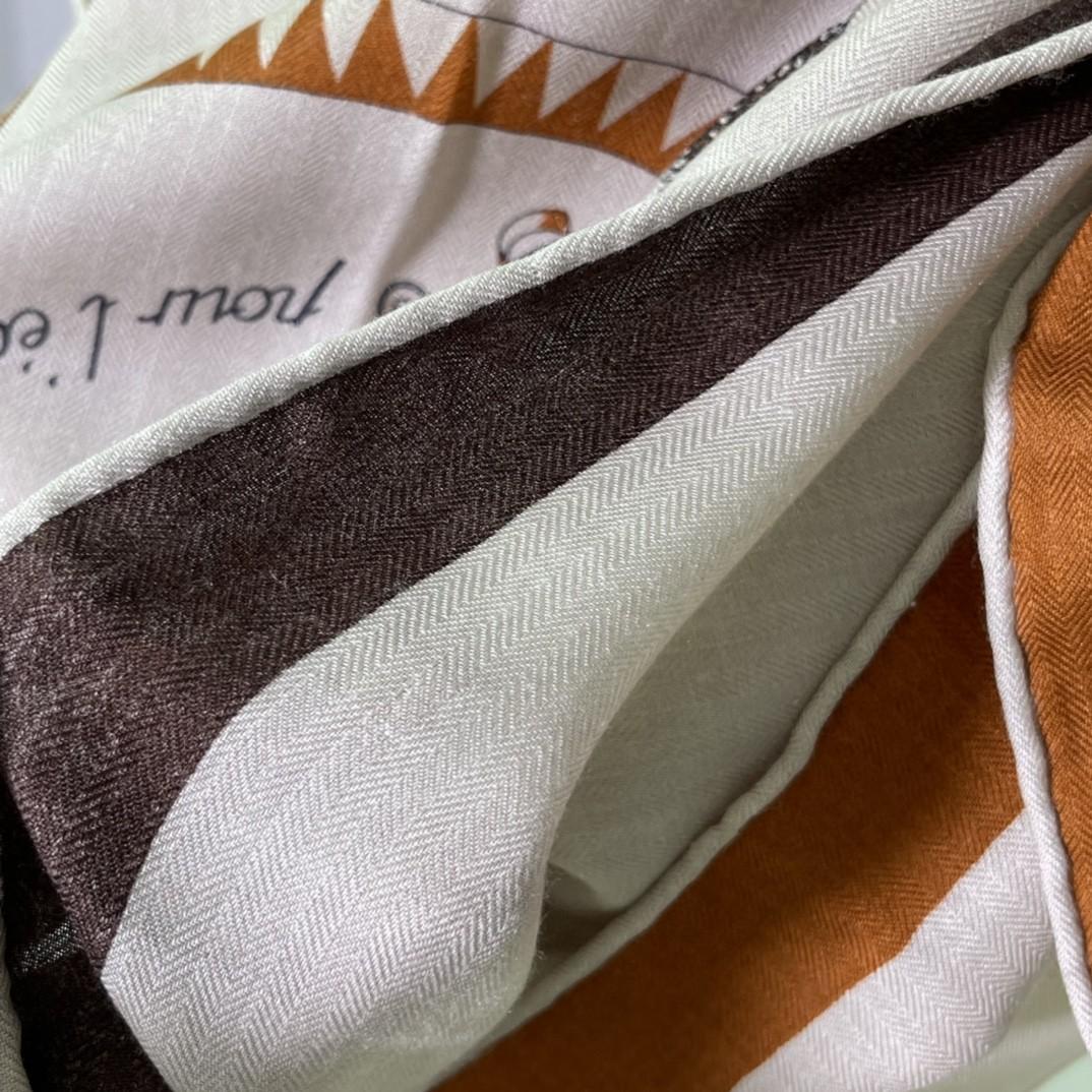 爱马仕 新出的 90x90cm 丝羊绒 《徽章》方巾 米色 比经典尺寸140cm更好用