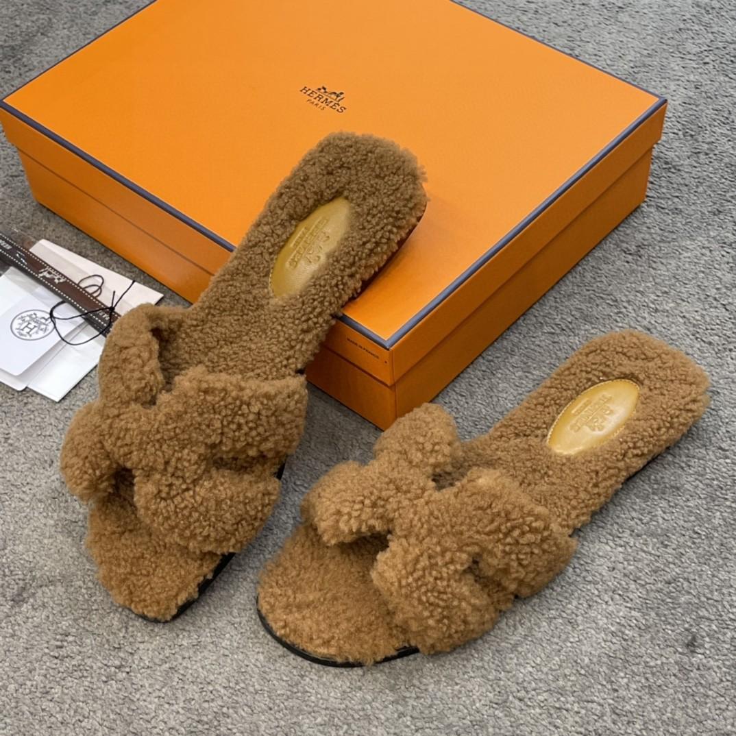 HERMES 爱马仕 新款拖鞋 好萌的一款~ 棕色 羊羔毛 上脚炒鸡炒鸡舒服~毛茸茸软绵绵的一款 Size:35-41 偏小一码