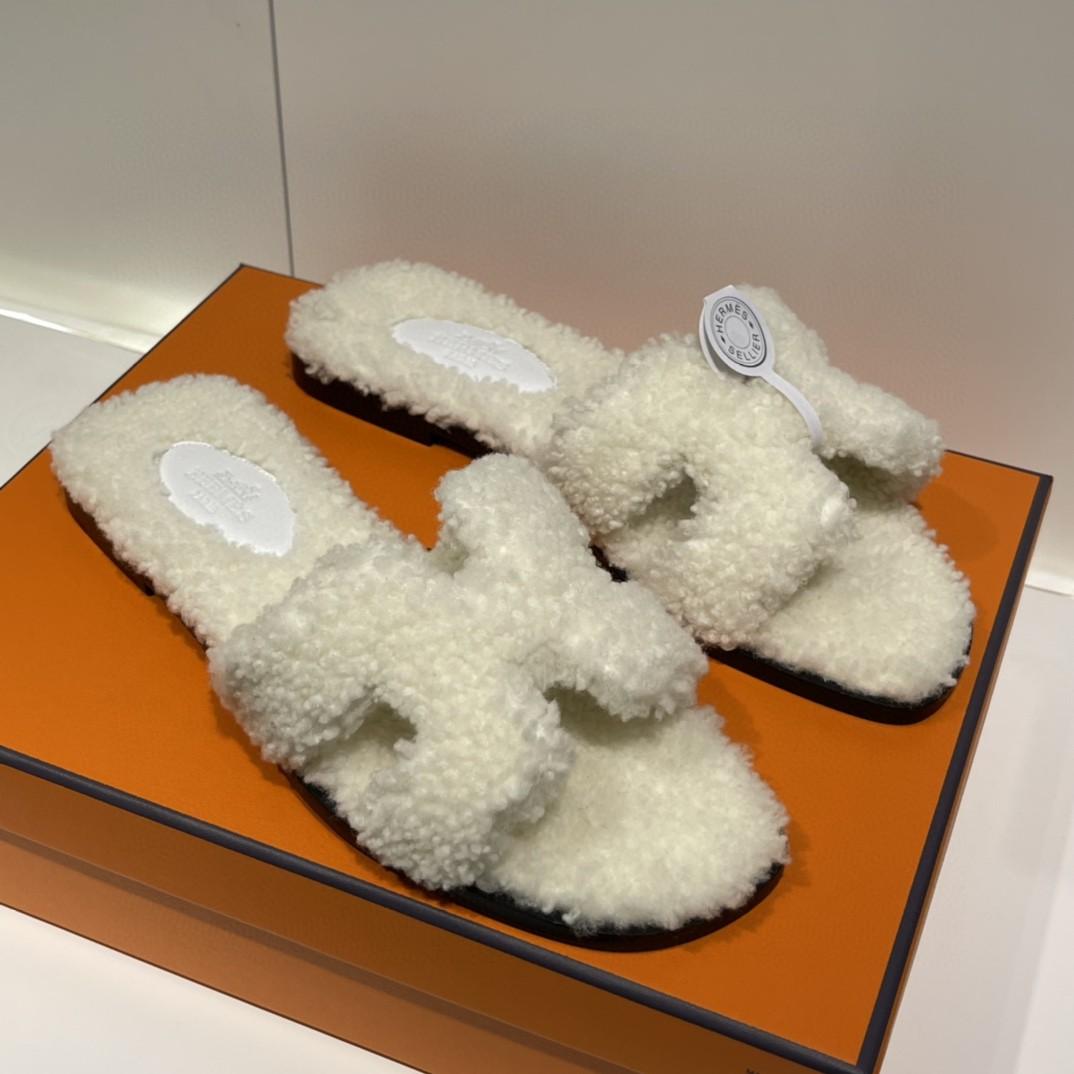 爱马仕 新款拖鞋 好萌的一款~ 白色 羊羔毛 上脚炒鸡炒鸡舒服~毛茸茸软绵绵的一款 Size:35-41 偏小一码
