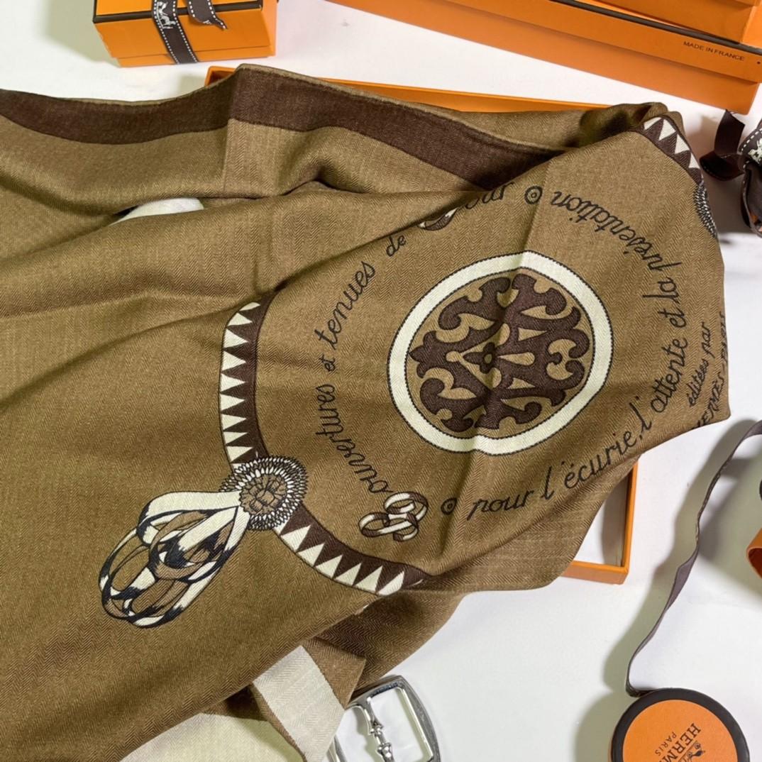 爱马仕 新出的 90x90cm 丝羊绒 《徽章》方巾 咖色 比经典尺寸140cm更好用