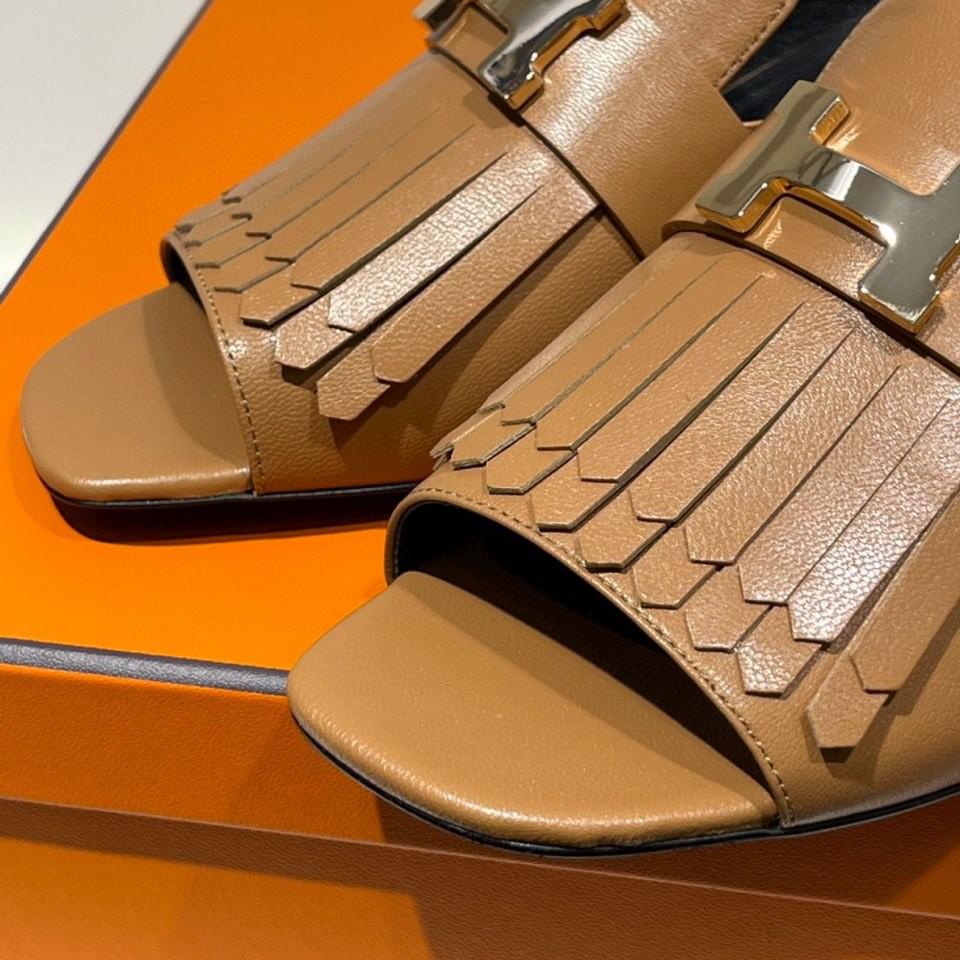 爱马仕 新款鱼嘴粗跟凉鞋  金棕色 小羊皮材质 上脚很舒服 跟高5cm  图片实拍为金扣(特定)  可定制银扣