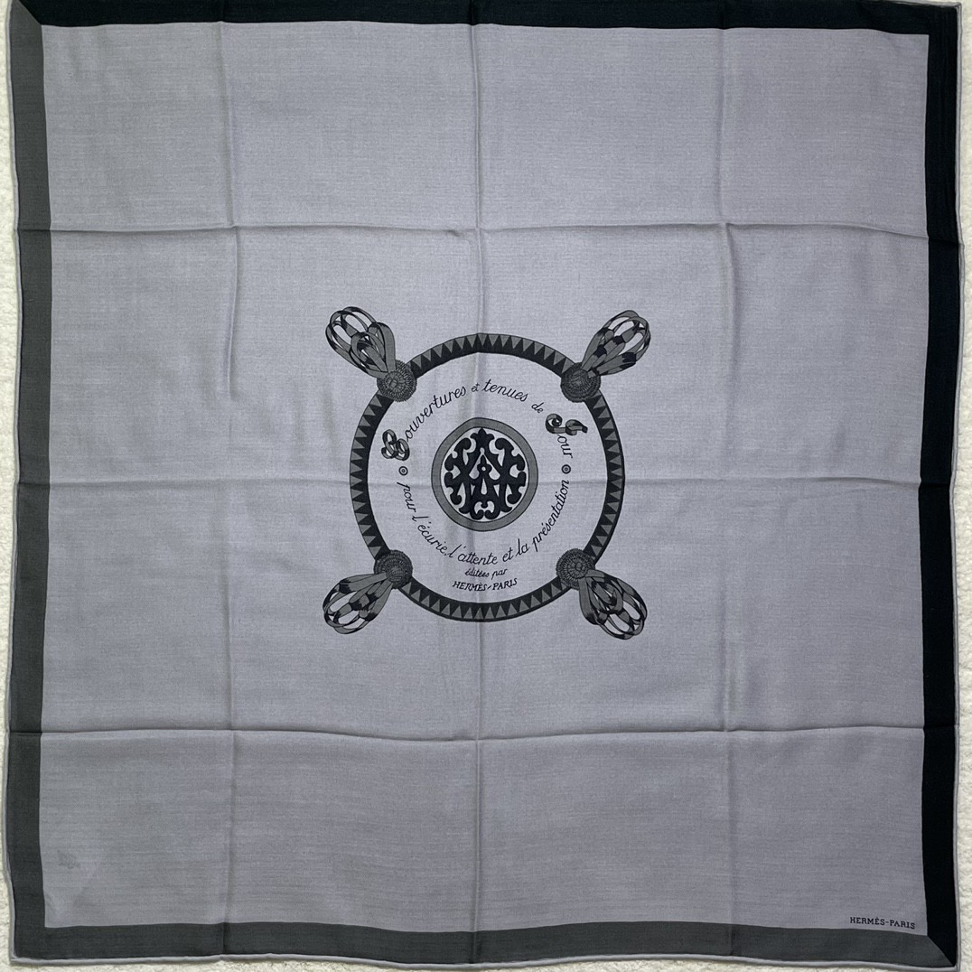 爱马仕 新出的 90x90cm 丝羊绒 《徽章》方巾 灰色 比经典尺寸140cm更好用  !
