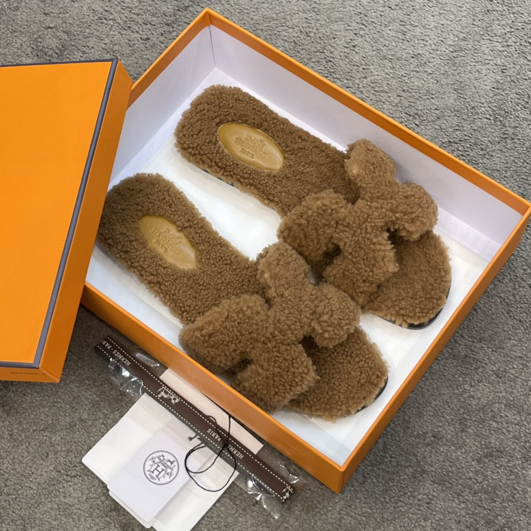 爱马仕 新款拖鞋 好萌的一款~ 棕色 羊羔毛 上脚炒鸡炒鸡舒服~毛茸茸软绵绵的一款 Size:35-41 偏小一码