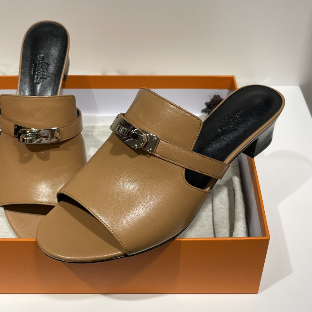 爱马仕 Candy 凉鞋 预售 金棕色   山羊皮高跟凉鞋,搭配经典Kelly鞋扣。  Size:35-41 (偏小一码)跟高4cm