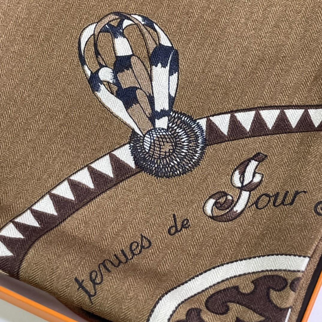 HERMES 新出的 90x90cm 丝羊绒 《徽章》方巾 咖色 比经典尺寸140cm更好用