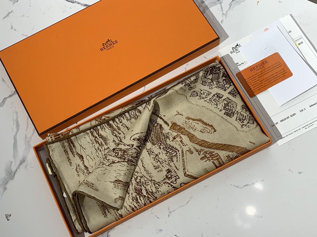 HERMES秋季款新款丝绒方巾 《骏马之城》奶茶色 Size:140x140cm 真丝+羊绒