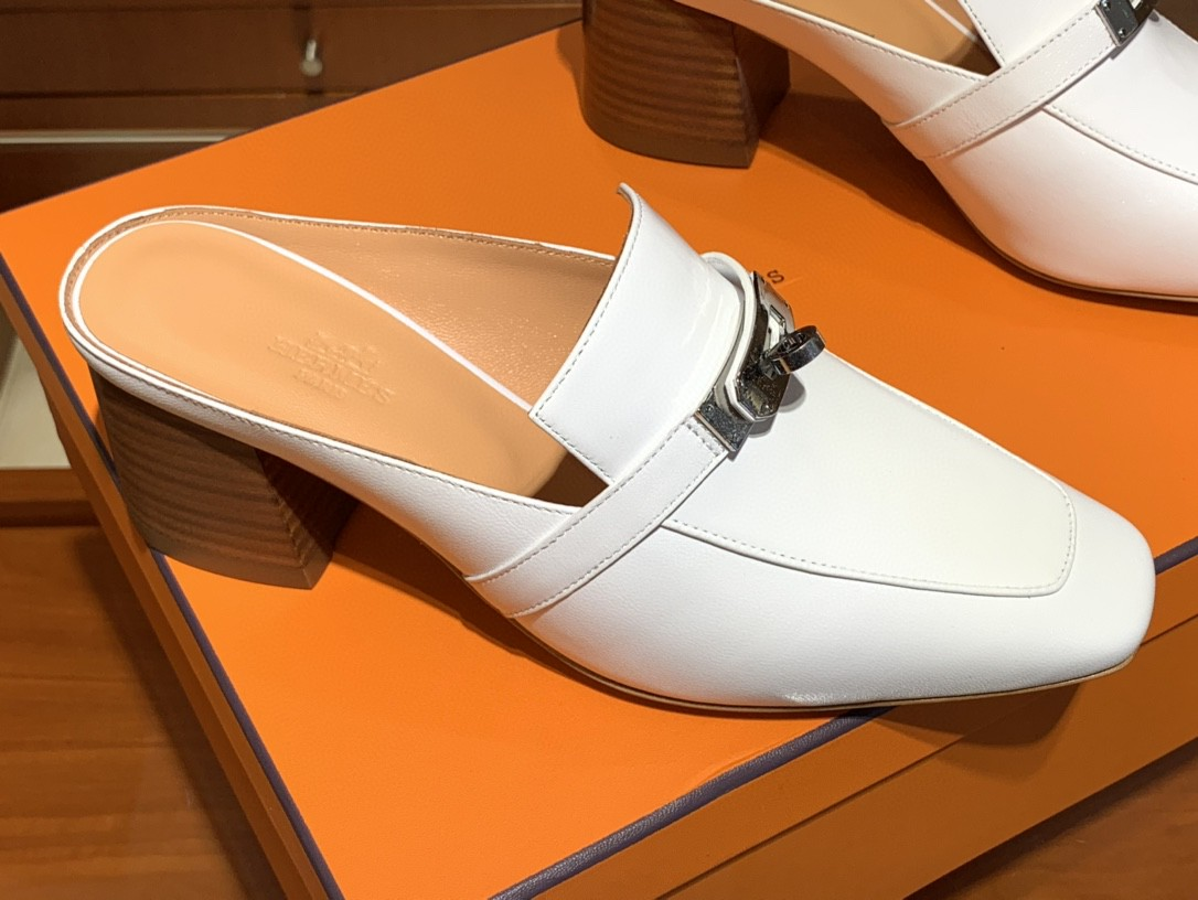 HERMES新款专柜同步上新 山羊皮 白色 Blossom 穆勒鞋 搭配经典kelly鞋扣 打造悠闲典雅风范 上脚档次飙升 山羊皮 跟高6cm 35~41码
