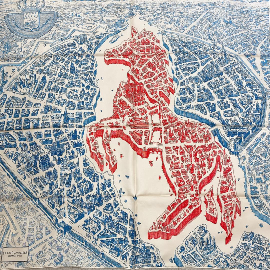 Hermes 《骏马之城》蓝粉色 100%真丝 90*90cm 一座城一匹马 配上极度格调的配色 佩戴效果显肤色