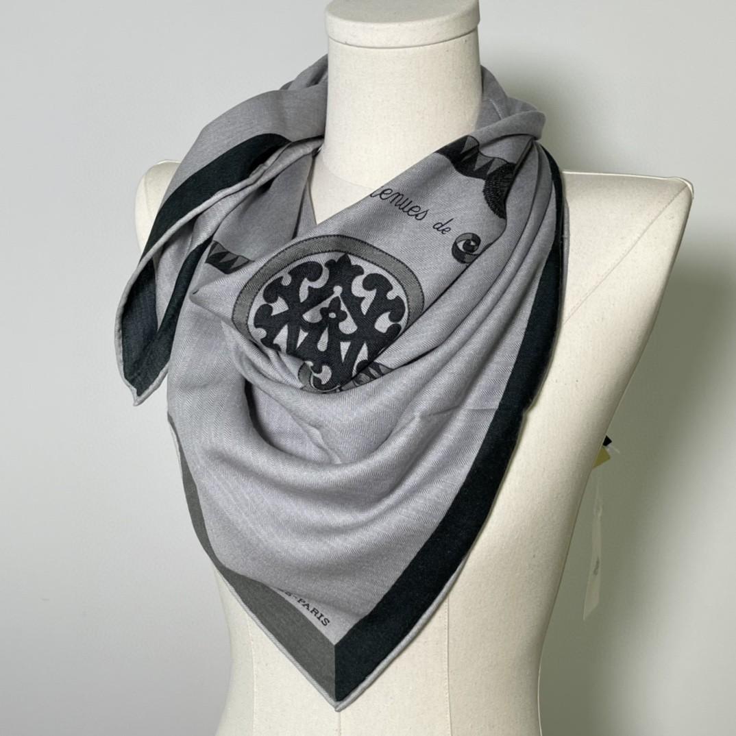 HERMES 新出的 90x90cm 丝羊绒 《徽章》方巾 灰色 比经典尺寸140cm更好用