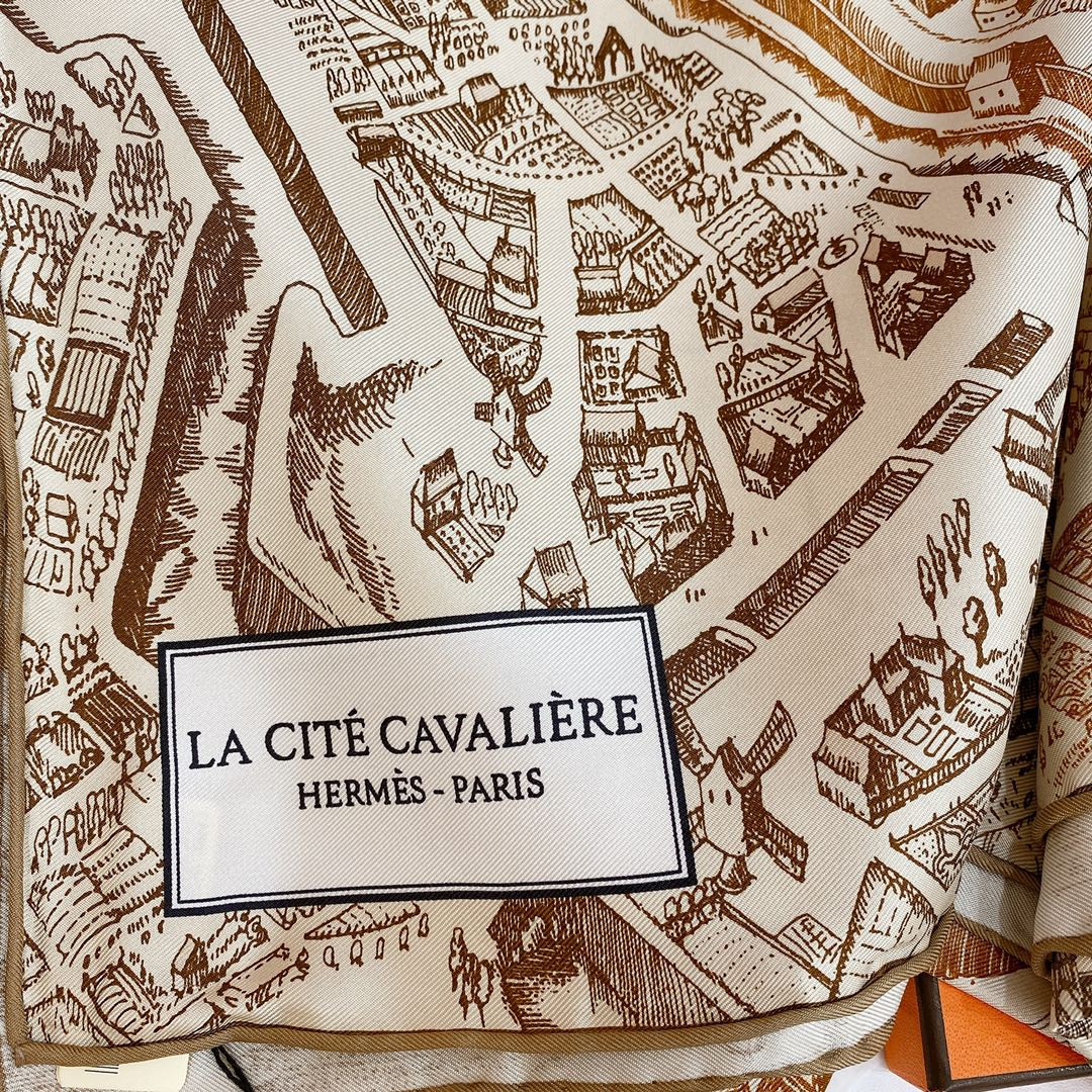 Hermes 《骏马之城》棕色 100%真丝 90*90cm 一座城一匹马 配上极度格调的配色 佩戴效果显肤色