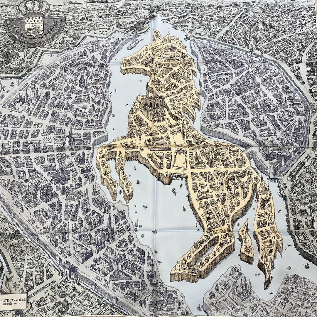 Hermes 《骏马之城》灰蓝色 100%真丝 90*90cm 一座城一匹马  配上极度格调的配色 佩戴效果显肤色