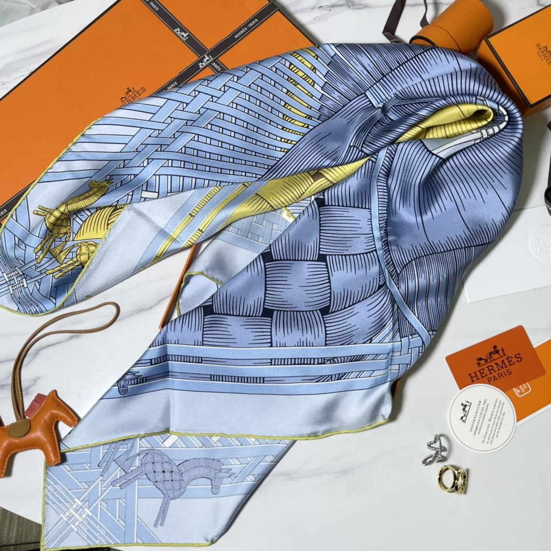 HERMES爱马仕 新品 《两马织情》蓝色 手工卷边斜纹真丝方巾(100%桑蚕丝) 90 x 90厘米