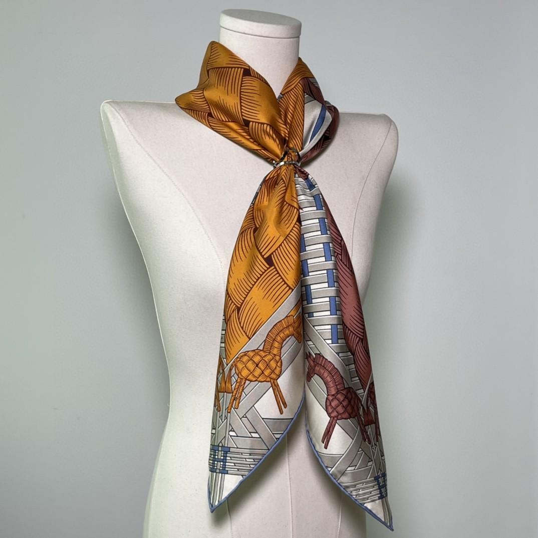 HERMES爱马仕 新品 《两马织情》灰色 手工卷边斜纹真丝方巾(100%桑蚕丝) 90 x 90厘米